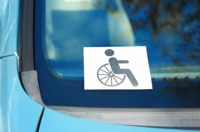 Legge 104, è obbligatorio esporre il tagliandino in auto?