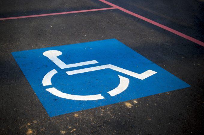 Parcheggio disabili, mancata esposizione del tagliando: è prevista la multa?